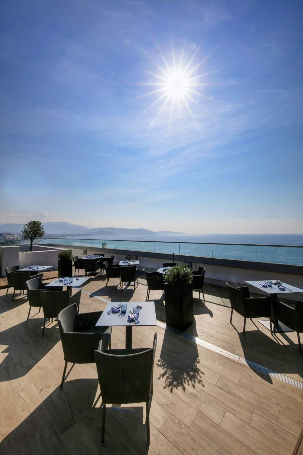 restaurant avec vue mer sur la promenade des anglais
